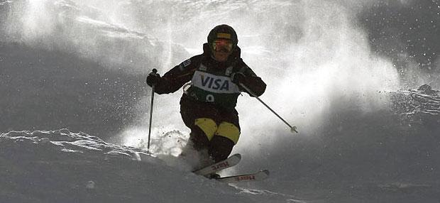 Pretekár v jazde v bubnoch. Jazda v bubnoch je jedna z disciplín akrobatického lyžovania.