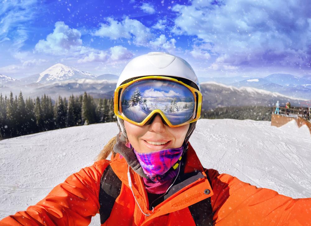Lyžiarska prilba a okuliare. Foto: Shutterstock