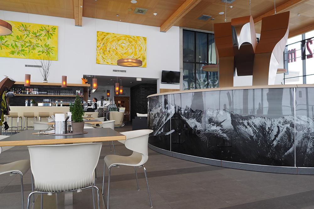 """Pri hornej stanici lanovky """"hniezdi"""" reštaurácia Adler Lounge - najvyššie položená reštaurácia s Michelinovou hviezdou vo Východnom Tirolsku."""