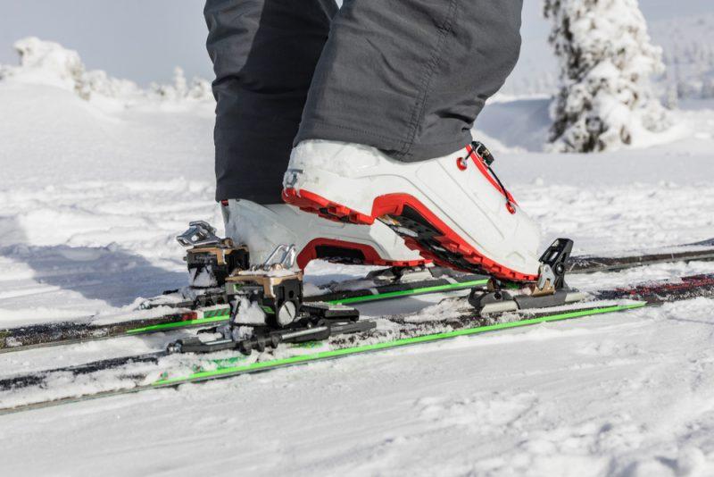 Rámové viazanie je možné použiť aj s klasickou lyžiarkou. Po odomknutí sa otáča okolo osi pod špičkou spolu s celou podložkou pod lyžiarkou, ktorá sa končí pätkou viazania. Foto: Shutterstock