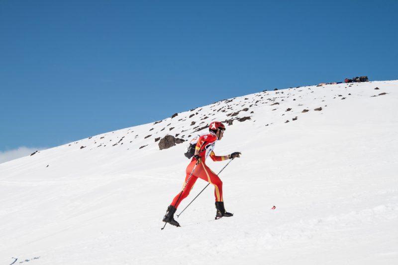 V pretekárskej kategórii kondičného skialpinizmu vidíme tých najlepšíchoblečených v priliehavých kombinézachs ľahučkými lyžiarkami na nohách. Foto: Shutterstock