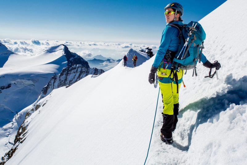 Extrémni skialpinisti sú často horolezcami, pretože sa nezaobídu bez horolezeckého výstroja, ako sú napríklad cepíny a mačky. Foto: Shutterstock