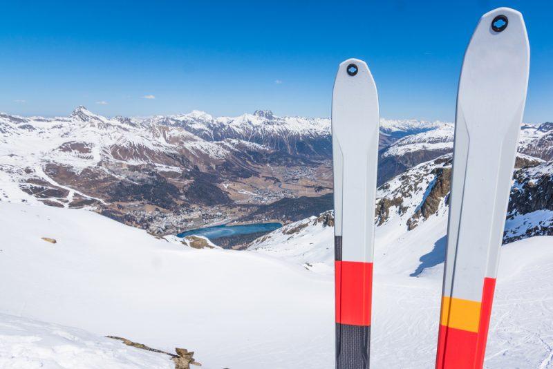 Aby ste sa na lyžiach dostali bez problémovhore, potrebujete mať na sklznici nalepenépásy, ktoré sa prichytávajú k špičke a pätelyže. Foto: Shutterstock