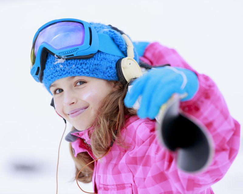 Lyže kupujeme deťomkratšie. Ideálne je, ak špičkalyže siaha maximálne pod bradudieťaťa. Foto: Shutterstock