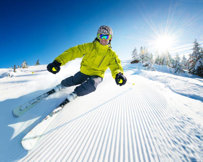 Tak ako sa bežecké topánky líšia od turistických,tak sa líšia lyžiarske prilby od cyklistických. Foto: Shutterstock