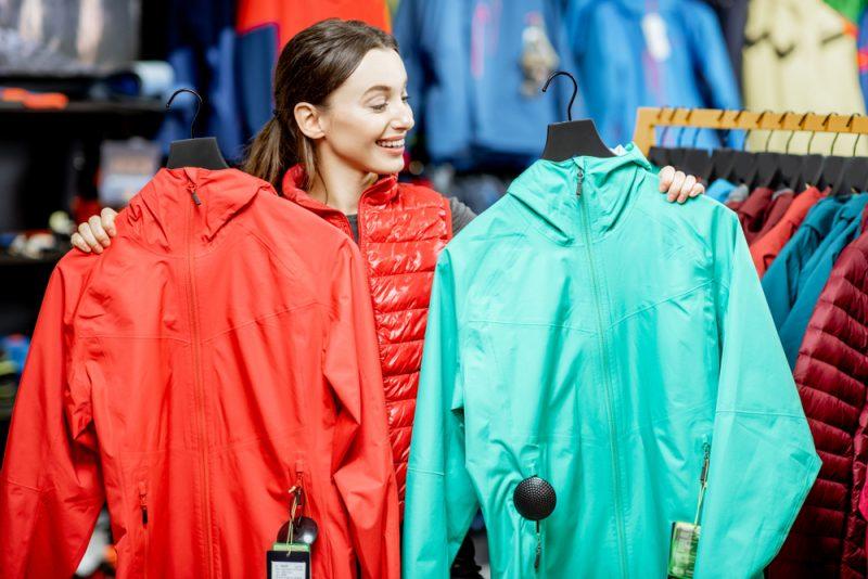 Výber vhodnej lyžiarskej bundy závisí od poveternostných podmienok, v ktorých ju budete používať, a miery citlivosti na chladné počasie. Foto: Shutterstock