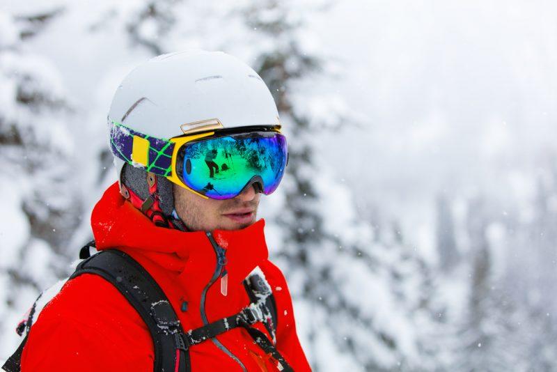 Ak už máte svoje lyžiarske okuliare,prineste si ich so sebou do obchodu a skúšajte si prilbuspolu s nimi. Foto: Shutterstock