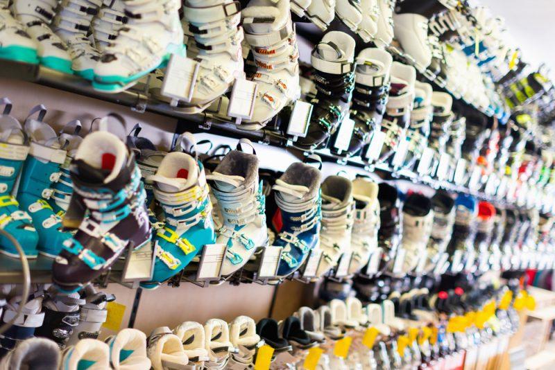 Ak sú vám lyžiarky úžasne pohodlné, pýtajte si menšie,až kým sa vám bude po obutí lyžiarok palecvpredu jemne dotýkať vnútornej výstelky.Foto: Shutterstock