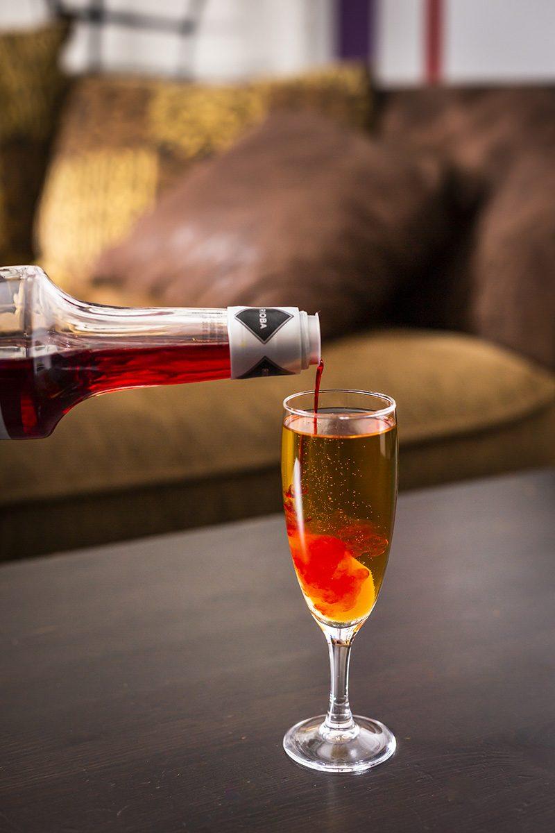 """Najprv nalejte Becherovku, potom dolejte nealko aaž nakoniec pridajte """"červený"""" alkohol, aby vpohári vznikli dve farebné fázy."""