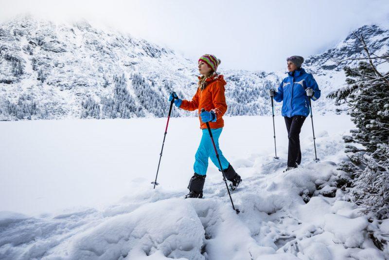 V prípadevstupu do lavinózneho terénu si treba riadnepozapínať časti oblečenia a zložiť pútka paličiekzo zápästia. Foto: Shutterstock