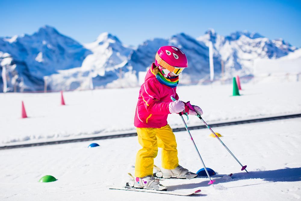Najčastejšie sa opakujúcou chybou rodičov je pri výbere lyží a lyžiarok nesprávne zvolená veľkosť. Foto: Shutterstock