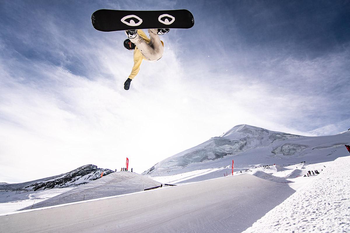 Trénuje tu aj snowboardista Lausanner Pat Burgener. Je tu možnosť trénovať Slopestyle-, Halfpipe- a Big-Air pre 10 olympijských disciplín. Foto: aas-Fee