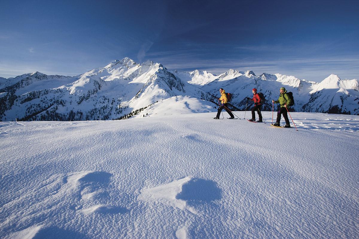 Prechádzka na snežniciach k Wildkarspitze, Zillertalské Alpy, Tirolsko.